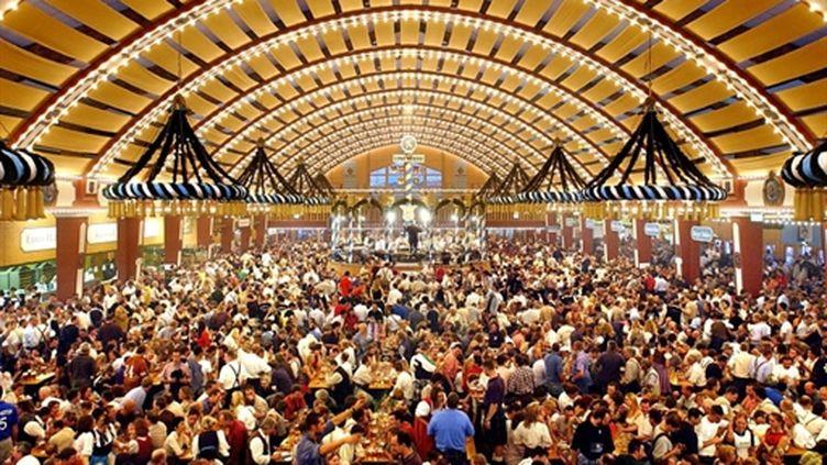 Un des grand hall de la fête de la bière, à Munich, en 2003 (archive) (AFP/JOERG KOCH)