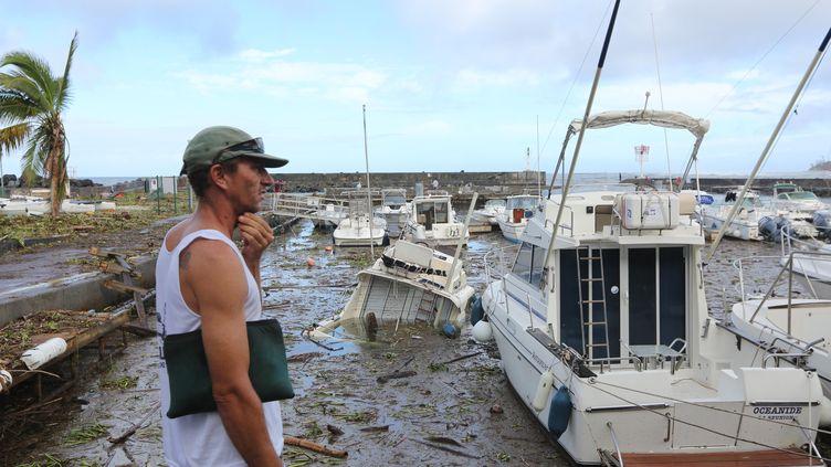 Un homme observe les dégâts à Saint-Gilles-les-Bains, samedi 4 janvier, sur l'île de La Réunion. (RICHARD BOUHET / AFP)