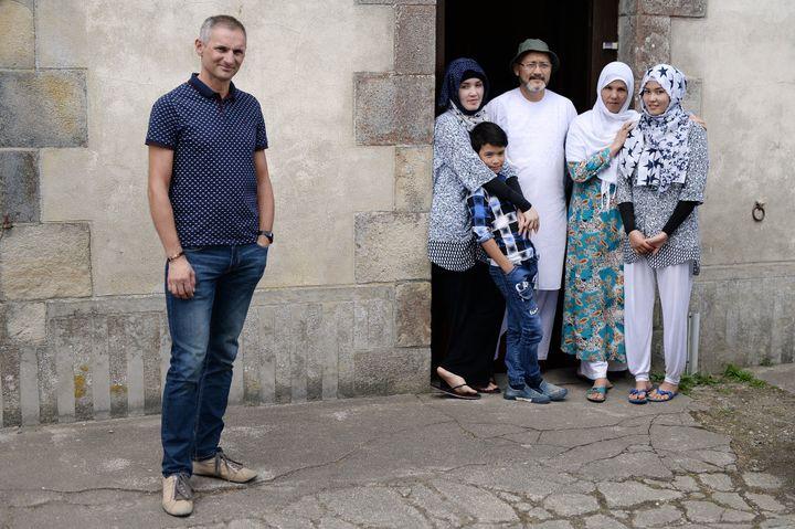 Thierry Communala accueilli Masomah (à droite) et Zahra (à gauche) Ali Zada et le reste de leur famille dans sa maison de vacances en Bretagne au printemps 2017. (JEAN-SEBASTIEN EVRARD / AFP)