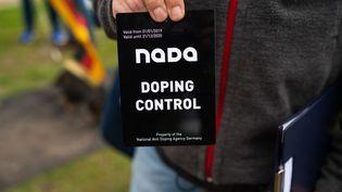 Un contrôleur de l'agence nationale anti-dopage allemande, le 4 octobre 2020 àLuhmühlen (Allemagne). (PHILIPP SCHULZE / DPA)