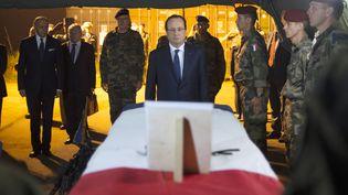 François Hollande se recueille devant les dépouilles des deux soldatsfrançais morts en Cetrafrique, le 10 décembre 2013 (FRED DUFOUR / AFP)