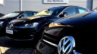 Des véhicules de la marque Volkswagen garés sur le parking d'un concessionnaire, le 28 septembre 2015, en Allemagne. (PATRIK STOLLARZ / AFP)