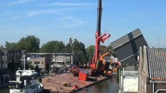 Pays-Bas : deux grues de chantier s'écroulent sur des habitations