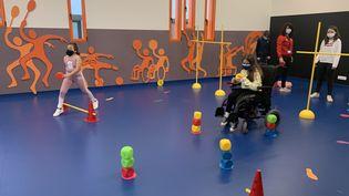 A Lyon, l'hôpital Femme Mère Enfant vient d'ouvrir une grande salle de sport dédiée aux enfants qui souffrent de maladies chroniques. (ANNE-LAURE DAGNET / RADIO FRANCE)