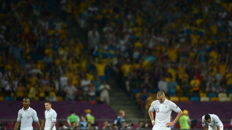 Les joueurs français, tête basse, après leur défaite contre la Suède, à Kiev, le 19 juin 2012. (JEFF PACHOUD / AFP)