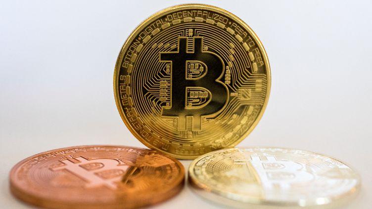 Une représentation physique du Bitcoin, dans un magasin de change à Tel Aviv, le 6 février 2018. (JACK GUEZ / AFP)