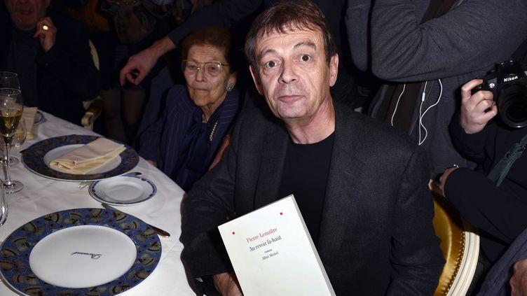 Pierre Lemaitre, le 4 novembre 2013, à une table du restaurantDrouant à Paris. (ERIC FEFERBERG / AFP)