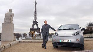 L'industriel Vincent Bolloré pose avec une voiture Autolib', le 29 novembre 2012 à Paris. (ERIC PIERMONT / AFP)
