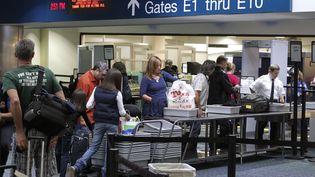 Des passagers sont contrôlés à l'aéroport deFort Lauderdale (Floride, Etats-Unis), le 23 novembre 2010. (JOE SKIPPER / REUTERS)