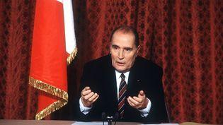 François Mitterrand, président de la République, en 1985, lors d'une conférence de presse à Paris. (MICHEL CLEMENT / AFP)