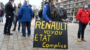 Des salariés de la SAM (Société aveyronnaise de métallurgie) protestent contre l'offre de reprise de CIE Automotive, société espagnole, à Rodez (Aveyron), le 11 mars 2021. (REMY GABALDA / MAXPPP)