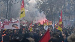 Un cortège de manifestants dans les rues de Paris, le 22 mars 2018. (ALAIN JOCARD / AFP)