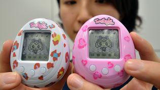 Une employée de Bandai présente une nouvelle version du Tamagotchi, le 27 novembre 2013, à Tokyo (Japon). (YOSHIKAZU TSUNO / AFP)