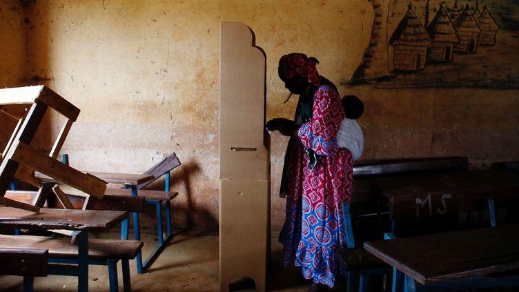 Dans un bureau de vote à Bamako le 12 août 2018 ( REUTERS/Luc Gnago)