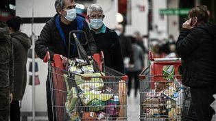 Des clients dans un supermarché de Bordeaux, le 27 octobre 2020 (Photo d'illutstration). (PHILIPPE LOPEZ / AFP)