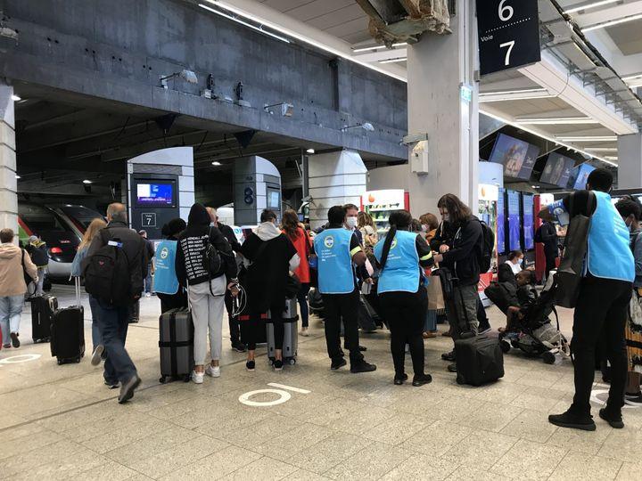"""Les """"gilets bleus"""" de la SNCFcontrôlentle pass sanitaire des voyageurs à la gare Montparnasse, à Paris, le premier jour de son application dans les trains, le 9 août 2021. (SOLENE LEROUX / FRANCEINFO)"""