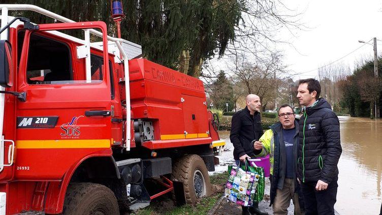 Le camion des pompiers de Seine-et-Marne enlisé à cause des inondations à Condé-Sainte-Libiaire mardi 23 janvier 2018. (BENJAMIN MATTHIEU / RADIO FRANCE)