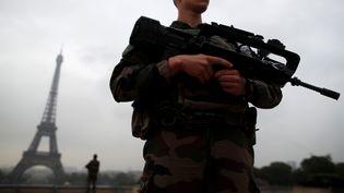 Des soldats français patrouillent près de latour Eiffel, à Paris, dans le cadre de l'opération Sentinelle, le 3 mai 2017. (CHRISTIAN HARTMANN / REUTERS)