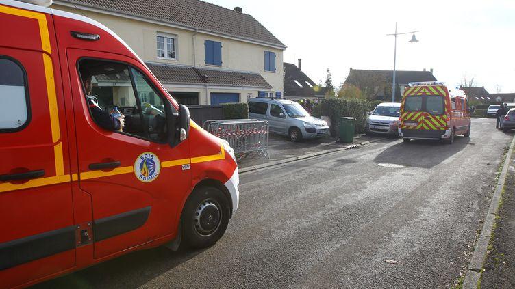 Des pompiers interviennent à Poulainville, près d'Amiens (Somme), le 14 novembre 2020 après la découverte des corps de deux adolescents. (MAXPPP)