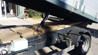 Les douanes françaises ont saisi au cours d'un controle sur l'A9, le 20 février 2017 à Narbonne une demi-tonne de résine de cannabis cachée sous la benne d'un camion. (Illustration) (AFP / DOUANES FRANCAISES)