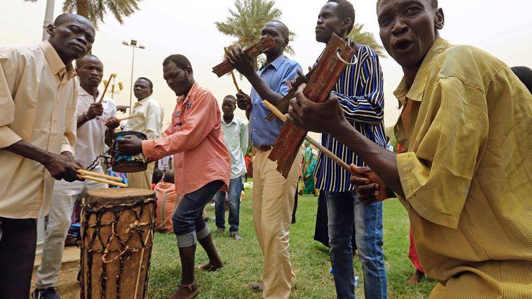 Et si cette fois était la bonne? Depuis le début de la guerre civile au Soudan du Sud en 2013, quand le président Kiir a accusé son ex-vice-président Riek Machar de fomenter un coup d'Etat, plusieurs accords de cessez-le-feu ont volé en éclats. Le conflit, débuté deux ans seulement après l'indépendance du Soudan du Sud, le plus jeune Etat de la planète, a fait des dizaines de milliers de morts et des millions de déplacés. Selon la «Déclaration de Khartoum» du 27 juin 2018, dont l'AFP a obtenu une copie, les arrangements de cessez-le-feu prévoient notamment un désengagement militaire, l'ouverture de couloirs humanitaires et la libération des prisonniers de guerre et des détenus politiques. Le texte annonce par ailleurs que le Soudan du Sud réhabilite, avec la coopération (intéressée, NDLR) de Khartoum, les blocs de gisements de pétrole dans l'Etat d'Unity (nord du Soudan du Sud) dans le but de ramener la production à son ancien niveau. Avant la guerre, la production de pétrole représentait 98% des revenus du pays tout juste indépendant. Autre signe de l'optimisme ambiant: au cours des pourparlers de paix, le président soudanais Omar el-Béchir a annoncé sa décision de rouvrir la frontière avec le Soudan du Sud et de reprendre le commerce frontalier entre les deux pays.   (Mohamed Nureldin ABDALLAH / REUTERS)