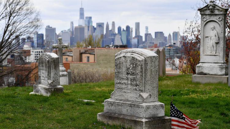 Un cimetière de New York, l'épicentre de l'épidémie de Covid-19 aux Etats-Unis, le 10 avril 2020. (ANGELA WEISS / AFP)