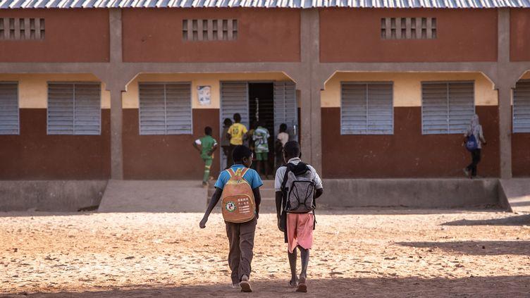 Des élèves devant leur école primaire à Dori, au nord-est du Burkina Faso, le 4 février 2020. (OLYMPIA DE MAISMONT / AFP)