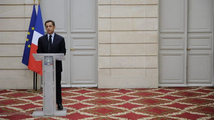 Le président confirme la mort de Michel Germaneau, sur le perron de l'Elysée, le 26 juillet 2010. (AFP/ERIC FEFERBERG)