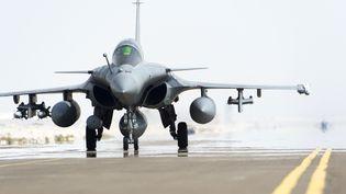 Un avion Rafale, le 25 septembre 2014, sur une base des Emirats-Arabes-Unis, après un survol de l'Irak. (ECPAD / AFP)