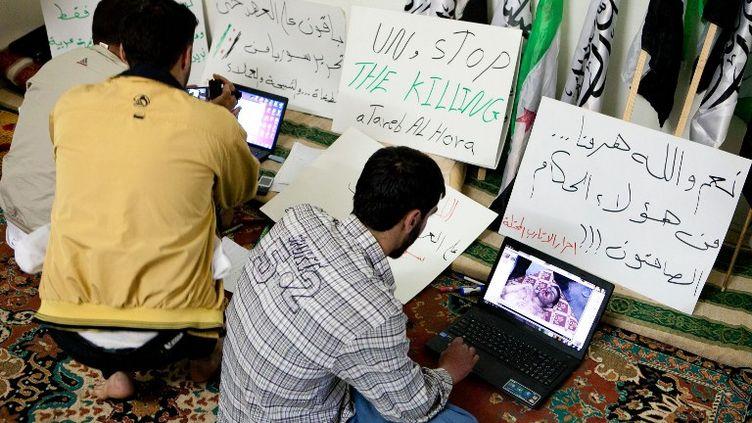 Des activistes syriens mettent en ligne des images des manifestations contre Bachar Al-Assad, le 26 avril 2012 àAtareb, à 30 km d'Alep. (D. LEAL OLIVAS / AFP)