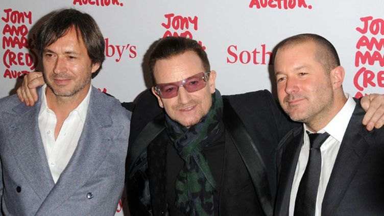 Le designer Marc Newson (à gauche) avec Bono et Jonathan Ive d'Apple en 2013.  ( Ivan Nikolov/WENN.com/Jony_And_Marcs / Sipa)