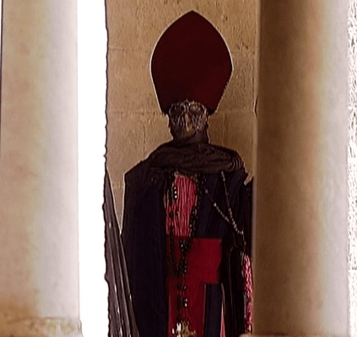 Un cardinal habillé par Christian Lacroix échappé de l'opéra Aïda et caché entre deux piliers de l'abbaye de Montmajour  (France3 / Culturebox)