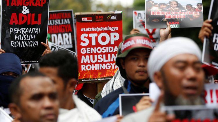 Des manifestants défendent la cause des Rohingyas,en Birmanie,le 25 novembre 2016 à Jakarta (Indonésie). (DARREN WHITESIDE / REUTERS)