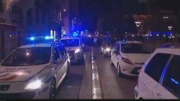Quelques 200 policiers de l'agglomération lyonnaise tournaient en voiture de fonction et protestaient mardi soir 1er mai 2012 sur la place Bellecour à Lyon (Rhône). (CAPTURE D'ÉCRAN / FRANCE 3)