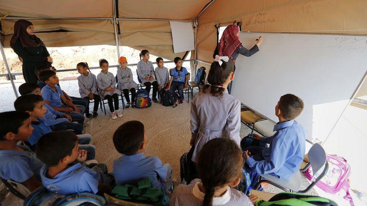 Une classe est installée dans le village de Jubbet al-Dhib en Palestine. (WISAM HASHLAMOUN \ APAIMAGES / MAXPPP)