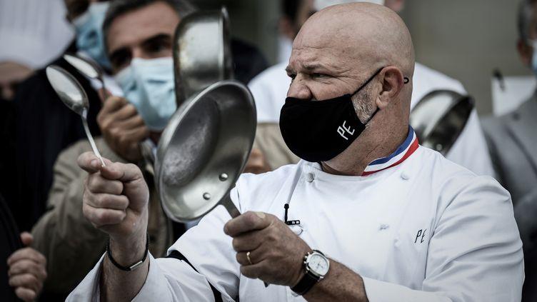 Le chef étoilé Philippe Etchebest à Bordeaux, vendredi 2 octobre, lors de la manifestation contre les mesures restrictives du gouvernement. (PHILIPPE LOPEZ / AFP)