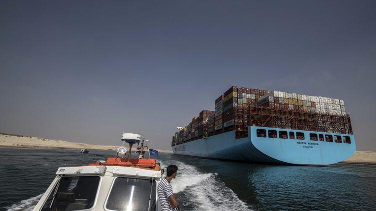 Le canal de Suez peut accueillir les plus gros porte-conteneurs, jusqu'à 400 mètres de long. (KHALED DESOUKI / AFP)