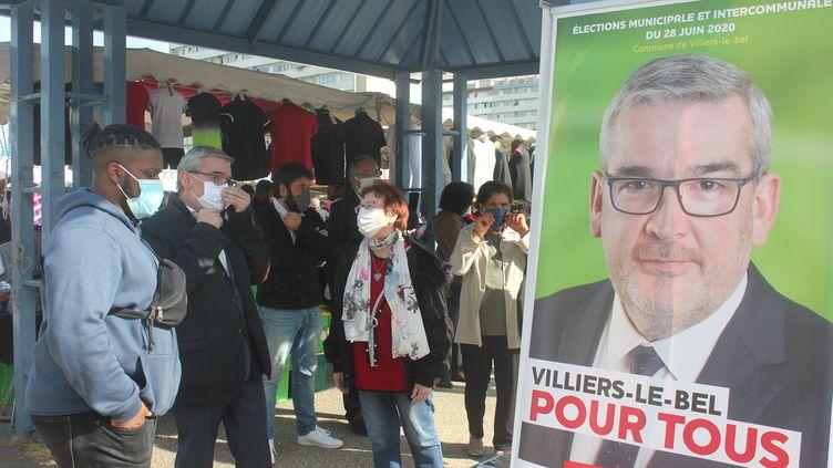 Le maire de Villiers-le-Bel (Val-d'Oise), Jean-Louis Marsac, en campagne sur le marché, le 9 juin 2020. (CLEMENT PARROT / FRANCEINFO)