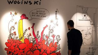 Un visiteur face à un dessin de Wolinski dans l'exposition hommage à Charlie Hebdo du 42e Festival de la BD d'Angoulême  (AFPAFP PHOTO / PIERRE DUFFOUR)
