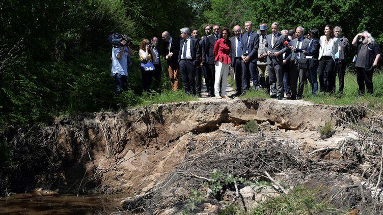 Audrey Azoulay (en rouge) découvre les dégâts causés par les inondations dans le domaine de Chambord, le 9 juin 2016  (Guillaume Souvant / AFP)