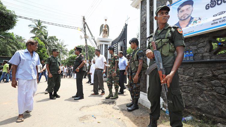 Des militaires devant l'égliseSaint-Sébastien à Negombo (ouest du Sri Lanka), le 23 avril 2019. (ATSUSHI TAKETAZU / YOMIURI)