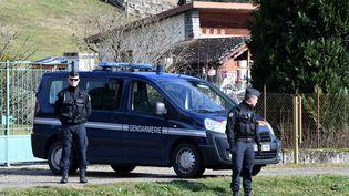 Extrait de sa cellule mercredi matin, le suspect a successivement été emmené au Palais de justice de Grenoble, à la gendarmerie de Pont-de-Beauvoisin et à son domicile de Domessin. Ci-contre des gendarmes postés sur le trajet emprunté par le convoi, le 14 février 2018. (JEAN-PIERRE CLATOT / AFP)