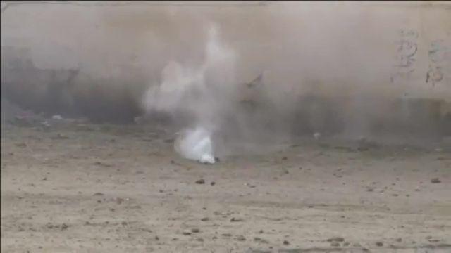 La police a utilisé mercredi du gaz lacrymogène et des canons à eau pour disperser des manifestants à Kasserine, ville défavorisée du centre de la Tunisie agitée par des heurts depuis la mort d'un jeune chômeur.