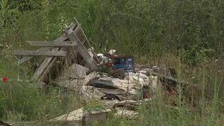 Mercredi 10 juin, la police a mené un vaste coup de filet dans les entreprises de la Côte d'Azur soupçonnées de déverser des gravats dans des décharges sauvages. Une enquête de plusieurs mois a permis de mettre au jour un système organisé et de placer 11 personnes en garde à vue. (FRANCE 2)