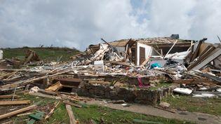 Une maison détruite après le passage de l'ouragan Irma sur l'île de Saint-Martin, le 27 septembre 2017. (HELENE VALENZUELA / AFP)