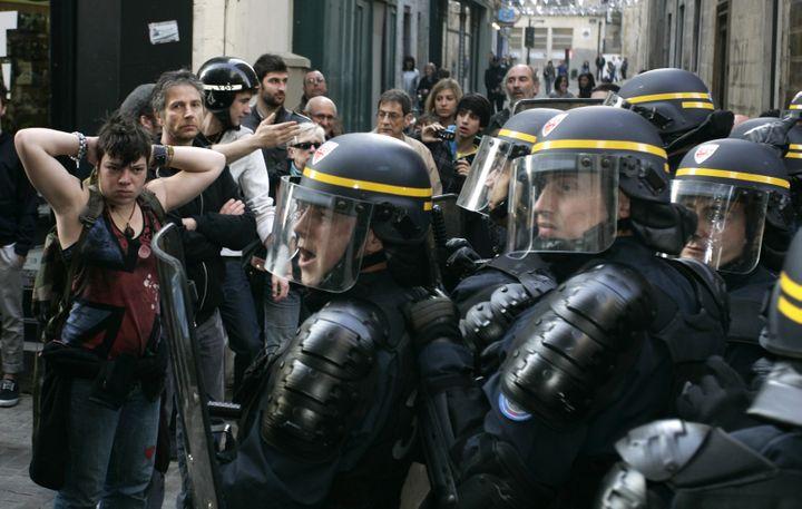Des CRS dans le centre historique de Bayonne (Pyrénées-Atlantiques), lors d'une visite de Nicolas Sarkozy, le 1er mars 2012. (P.TOHIER / PHOTOMOBILE)