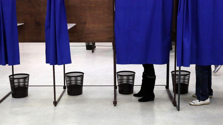 Un isoloir dans un bureau de vote de Lille, le 29 mars 2015. (THIERRY THOREL / CITIZENSIDE.COM)
