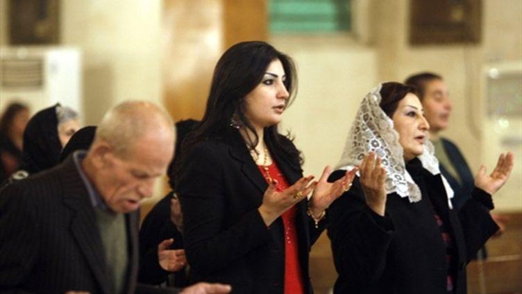 Des chrétiens en prière lors d'un office en l'église Saint Joseph, à Bagdad (AFP/ALI AL-SAADI)