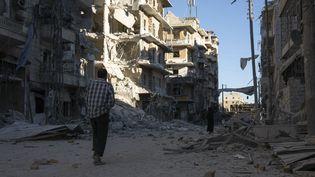 Dans les rues d'Alep, le 24 septembre 2016. Depuis la fin de la trêve lundi, la deuxième ville de Syrie vit au rythme des bombardements. (KARAM AL-MASRI / AFP)