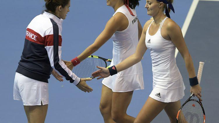 Amélie Mauresmo encourage les joueuses Caroline Garcia et Kristina Mladenovic lors de leur finale de Fed Cup à Strasbourg, dimanche 13 novembre 2016 à Strasbourg. (PATRICK HERTZOG / AFP)